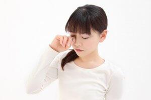 目・上下まぶたのけいれんがピクピク続く…止まらない原因と治し方